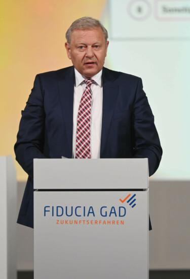 Portraitaufnahme: Jürgen Brinkmann steht an einem Rednerpult und spricht.