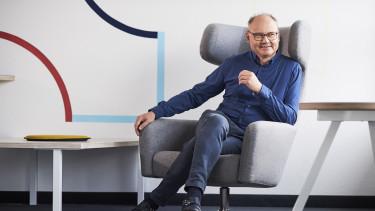 Martin Beyer auf einem Sessel