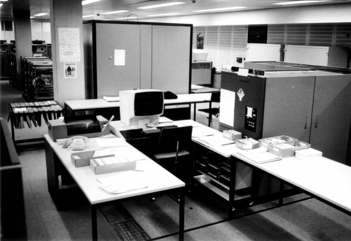 Schwarz Weiß Bild von alten Konsolen in der Informationsverarbeitung
