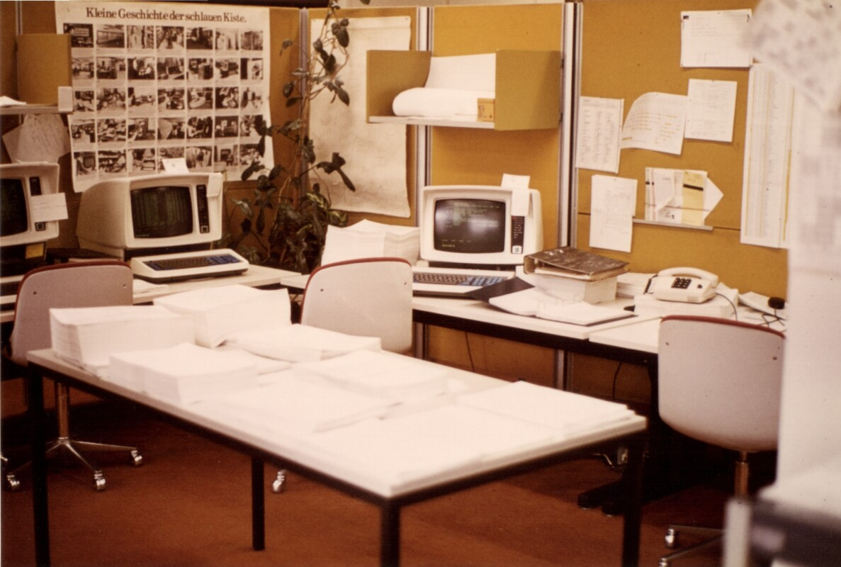 Bild von alten Konsolen in der Informationsverarbeitung