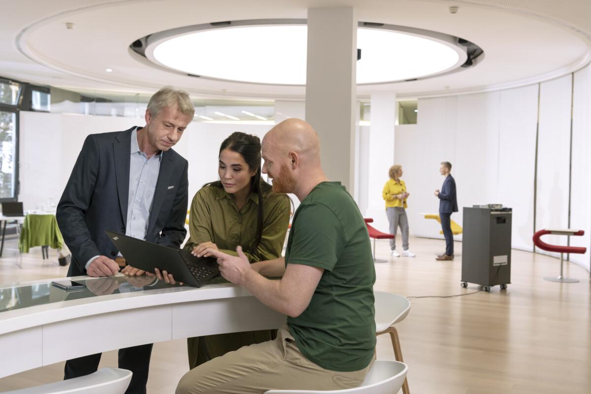 drei Personen erarbeiten eine Strategie am Laptopdrei Personen erarbeiten eine Strategie am Laptop