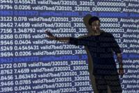 Mann steht vor Wand auf die codes projiziert sind