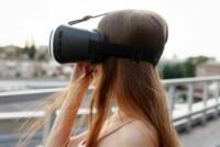 Junge Frau mit VR Brille