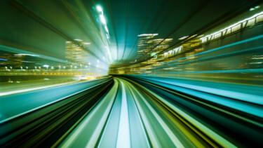 Bewegungsunschärfe Bllick aus einem Zug, der in einem modernen Stadttunnel läuft. Abstrakter Transporthintergrund.