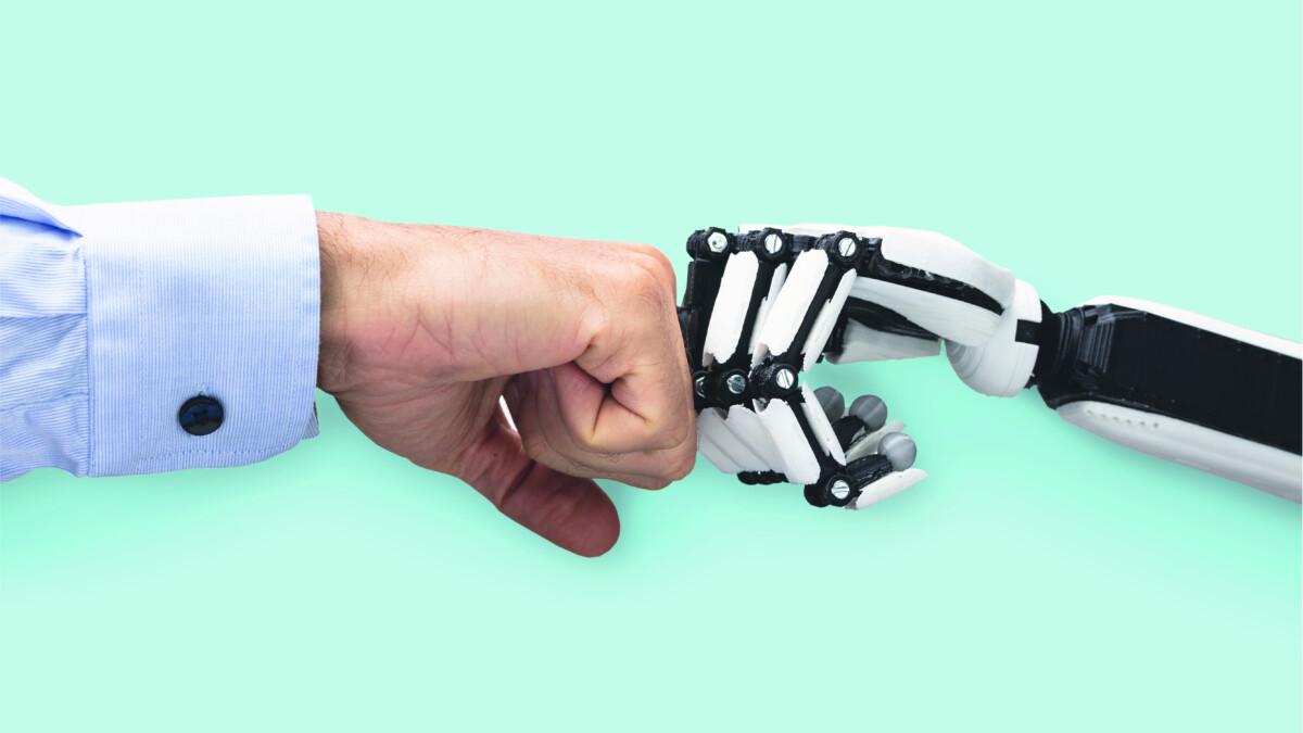 Foto eines Menschen und eines Roboters, die sich berühren