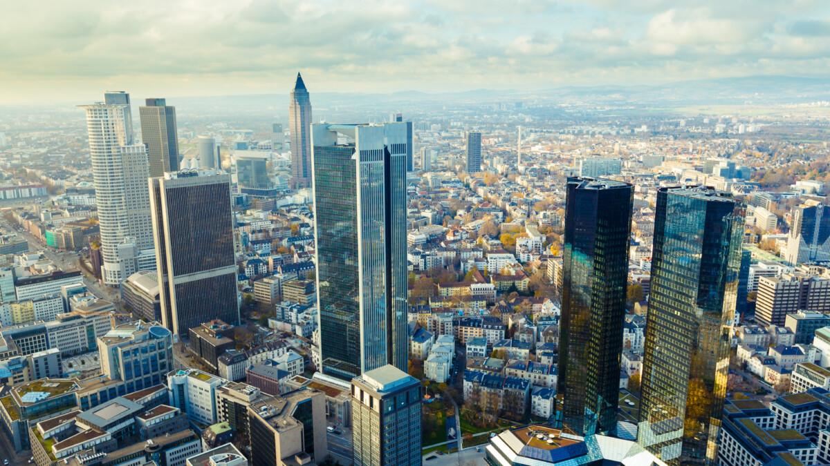 Blick auf Frankfurt s Wolkenkratzer